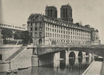 L'ancien Hôtel-Dieu de Paris peu avant sa démolition. Vue prise depuis la rive gauche, en 1865.