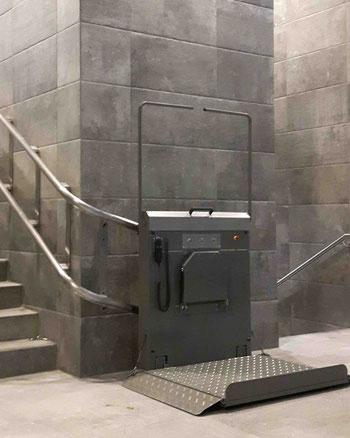 Preis Kosten von einem Plattformlift, Rollstuhllift oder Schrägaufzug für eine Kurventreppe. Auch Behindertenlift oder Rollstuhltreppenlift genannt.