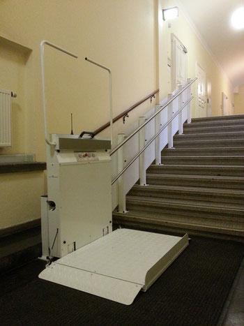 Preis Kosten von einem Plattformlift, Rollstuhllift oder Schrägaufzug für eine gerade Treppe. Auch Behindertenlift oder Rollstuhltreppenlift genannt.
