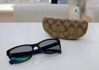 コーチのフレームにタレックスの偏光レンズを入れていただいたサングラスです。レンズカラーはトゥルービュー。このレンズの特徴は「モノの色が自然に見える」というところです。