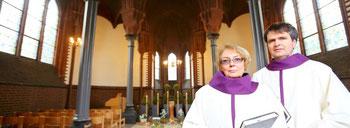 Rita Osowski und Elmar Ibels haben schon einige Trauerfeiern in der Kapelle auf dem Alten Friedhof am Sternbuschweg in Neudorf durchgeführt. (WAZ-Foto: Kerstin Bögeholz)