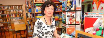 Marion Boes arbeitet seit 35 Jahren ehrenamtlich in der kath. Bücherei in Duissern. (Foto: Herbert Höltgen)