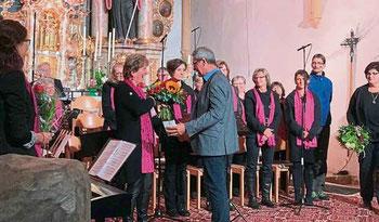 Alois Eiber überreichte den Initiatorinnen Blumensträuße.