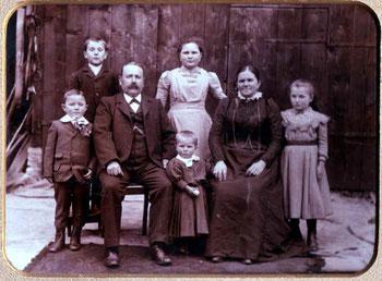 Die Familie Kunz im Jahre 1903 (von links nach rechts): Eugen Kunz, Hermann Kunz, Theodor Kunz, Marie Bader, Franz Kunz (kleines Kind), Maria Kunz, geb. Brisach und Laura Würzburger