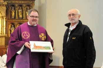 Pfarrer Thomas Dempfle erhält von Rainer Walter das Bild