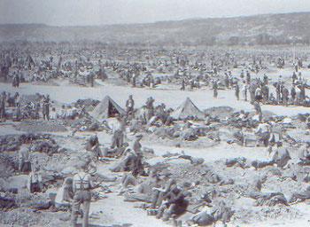 Überall in den Lagern werden Erdlöcher als Schutz vor Wind und Kälte gegraben