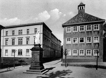 Rechts, das alte Rathaus, am heutigen Standort.