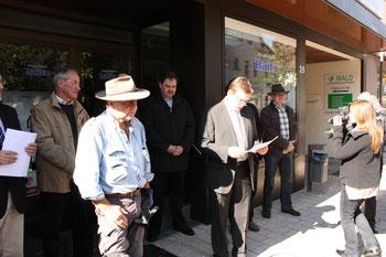 Bürgermeister Himmel bei der Eröffnungsrede nebendem Künstler Dennig (links, mit Hut)