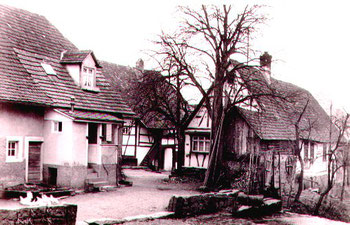 Hof in dem J. Heinzler die Besetzung erlebte. Rechts das Wohnhaus