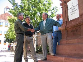 Josef Bechler, Vorstand der Heimatfreunde Malsch, bedankt sich bei Adolf Werner.