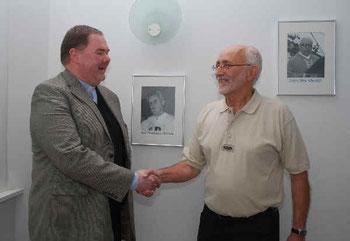 Pfarrer Thomas Dempfle und Heimatfreund Rainer Walter bei der Übergabe der Bildergalerie