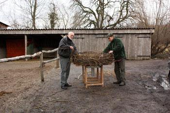 Rainer Walter (links) und Helmut Rastätter (rechts) beim Flechten des Nestes
