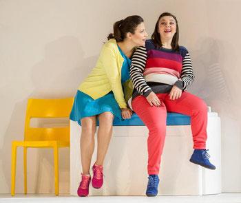 Così fan tutte di W. A. Mozart. Courtesy Teatro dell'Opera di Roma. Chiara Amarù (maglia a righe) e Francesca Dotto (in blu)