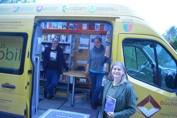 Anita Zach und Martina Widy von der Bücherei Großrußbach im Medienmobil