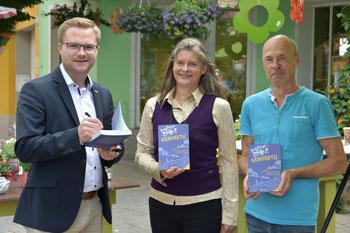Autorin Gabriele Dienstl und Mistelbachs Bürgermeister Erich Stubenvoll, mit Facultas Mistelbach Leiter Fritz Duda