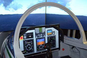 La cabina del GDD con i principali comandi del M-345