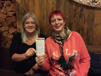 Marion Hussmanns und Birgit Schmidl mit dem neuen Fahrplan