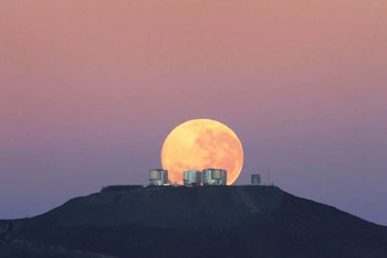 G.Gillet/ESO,  ESO-Mitarbeiter Gordon Gillet heißt den Tag mit diesem atemberaubenden Foto aus 14 Kilometern Entfernung willkommen, es wurde von der Straße zum Cerro Armazones aus  aufgenommen