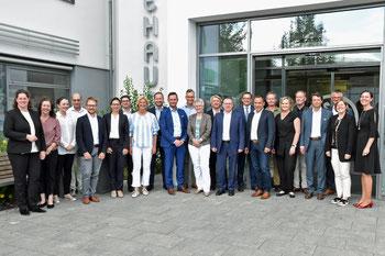 Die 26 Unternehmer/innen des neuen IHK-Gremiums Neumarkt rund um Vorsitzende Susanne Horn (2.v.r.), und IHK-Geschäftsstellenleiterin in Neumarkt Silke Auer (r.) vertreten in den kommenden fünf Jahren die Anliegen der regionalen Wirtschaft (Foto: Hannes)
