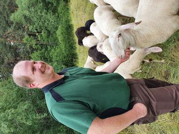 Philipp Gerngross mit Schafen auf einer VNP-Beweidungsfläche bei Seligenporten Fotos: Katja Schumann