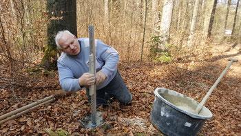 Die Bodenhülsen für die DiscGolf-Körbe werden exakt ausgerichtet