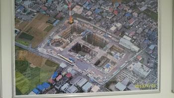 これも工事中の写真。空洞部分(地下)に発電設備などを建設した