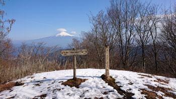 山頂にはまだ雪が