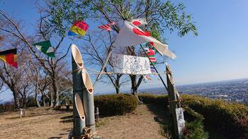 眺望のいい白岩寺山には初日の出を迎える飾り付けがされていた