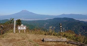 雲一つない富士。南アルプス方面も見渡せる山頂