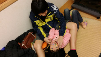 顔シール貼りゲームで遊ぶ息子と娘