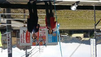 鈴木節子静岡市議と党の大看板前で