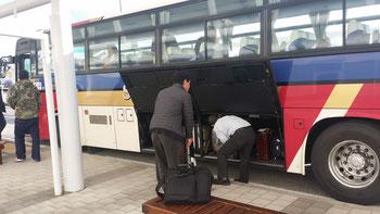 空港送迎バスに不可欠なのはトランクだ