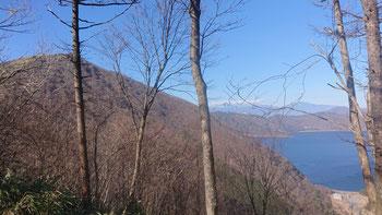 ほぼ中間地点から、本栖湖とこれから登る竜ヶ岳