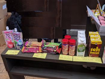 右3品はインドネシア製品で、売れるもの売れないものに分かれた。左半分は日本のスナック類で平均的に売れる。