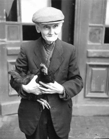 Reinhold Burger auf dem Hof, Foto nach 1945