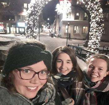 Catalina, Madeleine und Pauline vor den Lichtern Uppsalas