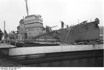 Soldats allemands inspectant le Campbeltown