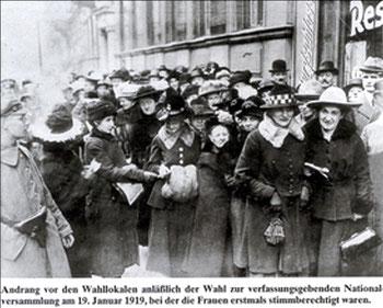19. Januar 1919: Wegen der hohen Wahlbeteiligung mussten die Frauen z.T. stundenlang vor den Wahllokalen anstehen. Quelle: www.kronshagen.de
