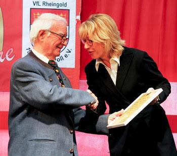 Bürgermeisterin Elfi Scho Antwerpes ehrt P. Franzen; Bild: VfL