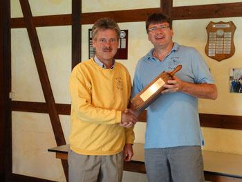 """Der Vorsitzenden des Skatclubs """"Die Kiebitze"""", Thomas Trautmann (rechts), bei der Pokalübergabe an 'Ramschmeister' Olaf Kopplin."""