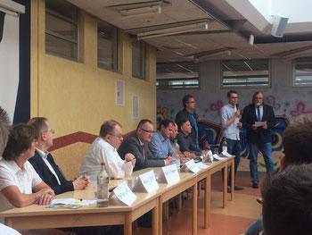 Bei der Begrüßung der Gäste und Zuhörer: BBS-Schulleiter Jörg Schröder und SJR-Vorstandsmitglied Niels Kohlhaase - Foto: SJR