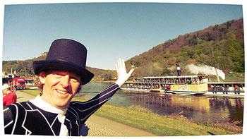 Die Gäste konnten gleichzeitig mit unserem Startschuss ab Festung Königstein mit dem Dampfer unser Lauf an der Elbe verfolgen. Meine Frau sowie ihre Freundin Heike waren auch dort dabei.