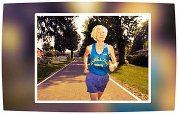 Der im März 2017 verstorbene Ed Whitlock aus Kanada war der erste über Siebzigjährige, der einen Marathon unter drei Stunden lief.