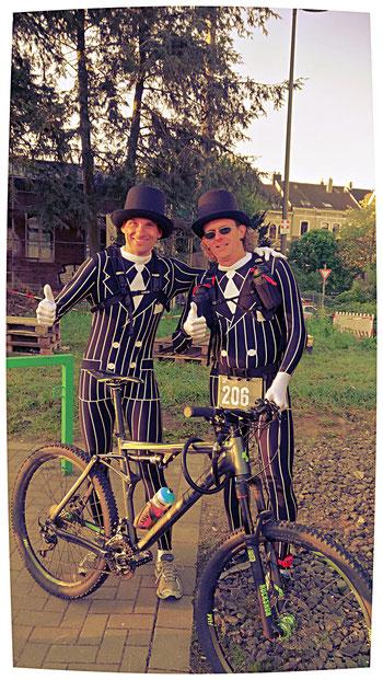 Für mich war es zum ersten Mal, im Wettkampf unterwegs als doppelte Kostümlaufer wie Jörg miterlebt zu haben...