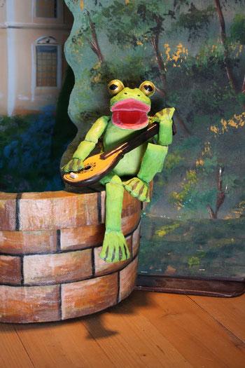 Marionettentheater Märchen an Fäden - Der Froschkönig - Frosch am Brunnen