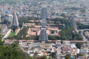 Tiruvannamalai mit dem Tempel vom Skandashram aus