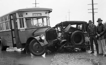 Flickr_Seattle_Municipal_Archives_Bus_accident_on_Empire_Way_1933