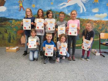 Fleißige Antolin- Leser werden bei der Schulversammlung geehrt.