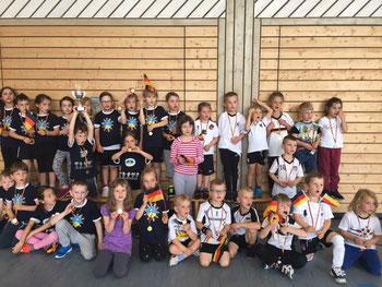 SternbergschülerInnen und Kindergartenkinder gemeinsam beim Fußballturnier.