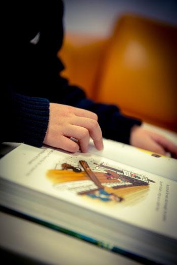 In der Bücherei kann man in Ruhe lesen und schmökern.